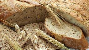 Ассортимент хлебобулочных изделий на бумаге Свеже продуктов хлебопекарни сток-видео