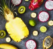Ассортимент экзотических плодоовощей на каменной предпосылке Стоковое фото RF