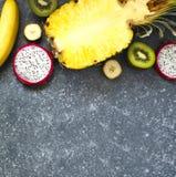 Ассортимент экзотических плодоовощей на серой каменной предпосылке с экземпляром s Стоковые Изображения RF