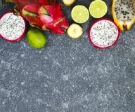 Ассортимент экзотических плодоовощей на серой каменной предпосылке с экземпляром s Стоковая Фотография