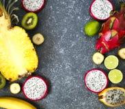 Ассортимент экзотических плодоовощей на серой каменной предпосылке Стоковая Фотография