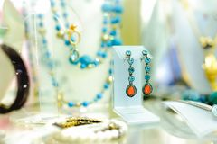 Ассортимент ювелирных изделий в магазине конец красит воду взгляда лилии мягкую поднимающую вверх стоковое фото