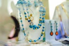 Ассортимент ювелирных изделий в магазине конец красит воду взгляда лилии мягкую поднимающую вверх стоковое фото rf