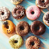 Ассортимент donuts на таблице Стоковые Изображения RF