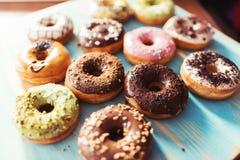 Ассортимент donuts на таблице Стоковое Изображение RF