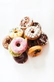Ассортимент donuts на таблице Стоковые Фотографии RF