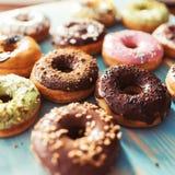 Ассортимент donuts на таблице Стоковые Фото