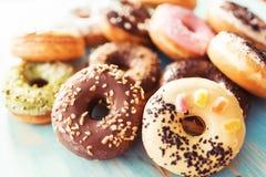 Ассортимент donuts на таблице Стоковое Фото