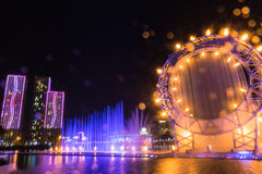 Астана, Казахстан - 28-ое августа 2016: Музыкальная выставка фонтана солнца в обваловке реки Ishim с зданиями на предпосылке Стоковое Изображение