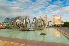 АСТАНА, КАЗАХСТАН - 25-ое августа 2015: Подкова фонтана и катит внутри квадрат влюбленности Стоковое фото RF