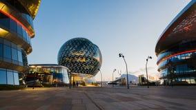 АСТАНА, Казахстан - 10-ое июня 2017: Timelapse современного здания сферы ЭКСПО при люди двигая вокруг на заход солнца акции видеоматериалы