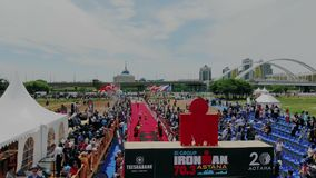 Астана Kazahstan - 17-ое июня 2018 Ironman 70 30 Воздушный всход над торжеством спортивного мероприятия с много вентиляторами и сток-видео