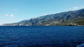 Астетически угождая Seascape Адриатического моря с береговой линией на заднем плане стоковые фото