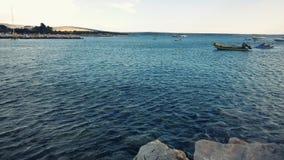 Астетически угождая Seascape Адриатического моря с шлюпками и береговой линией стоковые изображения rf