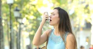 Астматическая женщина имея приступ астмы используя ингалятор сток-видео