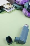Астма, allergie, концепция сброса болезни, ингаляторы salbutamol Стоковая Фотография