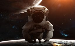 Астронавт в глубоком космосе Планеты, межзвёздные облака, звездные скопления Искусство научной фантастики Элементы изображения бы стоковое фото