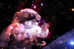 Астронавт в глубоком космосе Элементы этого изображения поставленные NASA стоковое изображение