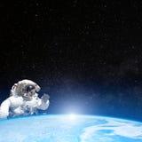 Астронавт в космическом пространстве за землей планеты Стоковое Изображение RF