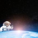 Астронавт в космическом пространстве за землей планеты Стоковая Фотография