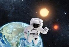 Астронавт в космическом пространстве над землей планеты Это изображение A Стоковая Фотография