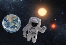 Астронавт в космическом пространстве над землей планеты Это изображение A Стоковое Фото