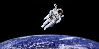 Астронавт в космическом пространстве над землей планеты Стоковое Изображение