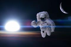 Астронавт в космическом пространстве на предпосылке земли ночи Eleme стоковые изображения rf