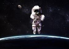 Астронавт в космическом пространстве против фона  Стоковые Изображения RF