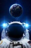 Астронавт в космическом пространстве против фона  Стоковое Изображение