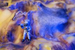 Астронавт игрушки на планете чужеземца Стоковые Изображения