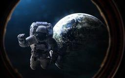 Астронавт и exoplanet в иллюминаторе космического корабля Глубокий космос в лучах голубой звезды Элементы изображения поставлены  стоковые фото