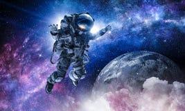 Астронавт на полете в космос стоковое фото rf