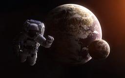 Астронавт на предпосылке exoplanets Глубокий космос Абстрактная научная фантастика Элементы изображения поставлены NASA стоковое изображение