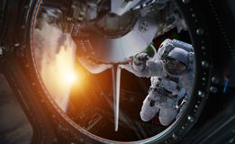 Астронавт работая на элементах перевода космической станции 3D th стоковое фото rf