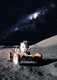 Астронавт управляет вездеходом стоковые фото