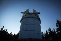 Астрономическая обсерватория под звездами ночного неба Стоковые Изображения RF