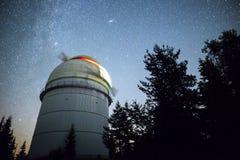 Астрономическая обсерватория под звездами ночного неба Стоковое Изображение
