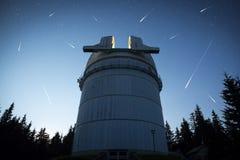 Астрономическая обсерватория под звездами ночного неба Стоковые Фото