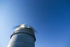 Астрономическая обсерватория под звездами ночного неба Стоковая Фотография
