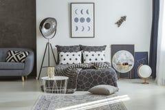 Астрономические плакаты в сером интерьере спальни стоковое изображение rf