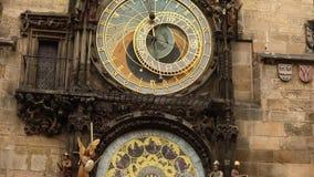 Астрономические часы в Праге, чехии, расположенной на старую городскую площадь астрономические часы prague сток-видео