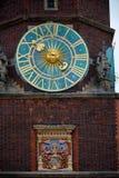 Астрономические часы на старой башне здание муниципалитета в Wroclaw, Польше Стоковые Фото