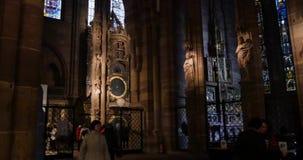 Астрономические часы страсбурга внутри Cathedrale Нотр-Дам страсбурга, Эльзаса, туристов восхищаясь акции видеоматериалы