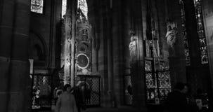Астрономические часы страсбурга внутри Cathedrale Нотр-Дам страсбурга, Эльзаса, туристов восхищаясь сток-видео