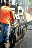 асфальтируя детеныши работника paver Стоковая Фотография RF