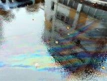 Асфальт в лужице дождя красочной стоковые изображения rf