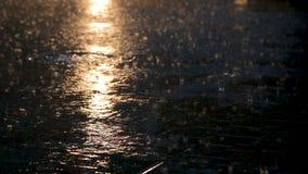 Асфальт под проливным дождем ночью сток-видео