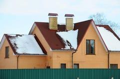 Асфальт битума стрижет крышу 2 печной трубы на крыше топления дома индивидуального стоковое фото rf