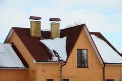 Асфальт битума стрижет крышу 2 печной трубы на крыше топления дома индивидуального стоковое изображение